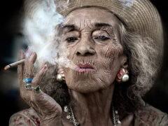 Изображение курящих женщин