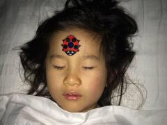 Чтобы измерить температуру у ребёнка, достаточно прилепить ему на лоб наклейку