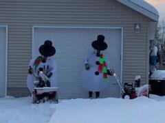 Чудаки вышли на борьбу со снегом, одевшись снеговиками