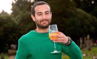 Чтобы избавиться от депрессии, мужчина начал пить собственную «выдержанную» мочу