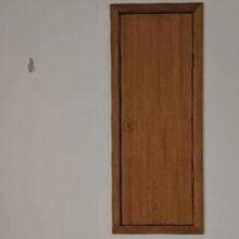 Переехав в новый дом, мать семейства обнаружила ужасную дверь в спальне