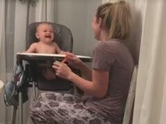 Чихающая мама знает, как насмешить своего ребёнка