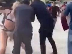 Туристка, пришедшая на пляж в бикини, была скручена тремя полицейскими