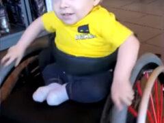 Малыш в инвалидной коляске восхитился, увидев похожего на него мальчика на рекламном плакате