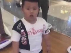 Мальчик безуспешно пытался «выключить» своего вибрирующего друга