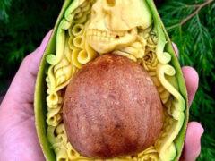 Авокадо, с которыми поработал талантливый скульптор, жалко есть