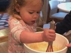 Во время приготовления блинчиков девочка чуть не чихнула в тесто