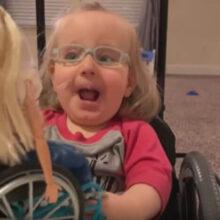 Девочку в инвалидной коляске восхитила кукла, похожая на неё