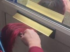 Парикмахер придумала, как делать бесконтактную стрижку и укладку волос