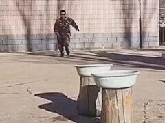 Полицейский оказался так ловок, что сумел пробежаться по воде
