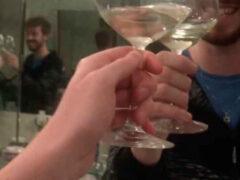 С помощью зеркал неунывающий мужчина нашёл компанию, чтобы выпить вина