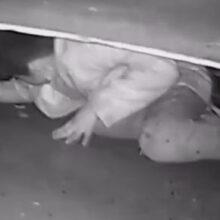 Ученик, не особенно жаждущий получать знания, спрятался под машиной