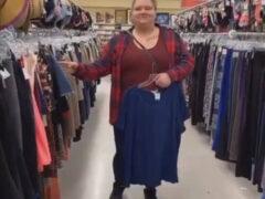 Подруги придумали новый весёлый способ обновить гардероб