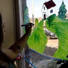 Домовладелица несколько часов раскрашивала окно в гостиной, превратив его в сельский пейзаж