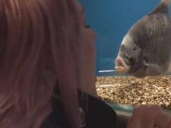 Женщина нашла себе хорошую собеседницу в лице рыбы