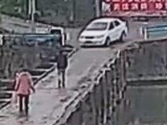 Водитель, засмотревшийся в телефон, утопил свою машину в реке