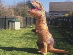 Чудачка использует полученный в подарок костюм динозавра, чтобы подбодрить соседей