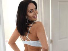 В результате пластической операции женщина выглядит так, как будто носит подгузник