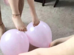 Девочка получила тапочки, сделанные из воздушных шариков
