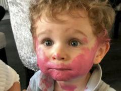 Малыш, добравшийся до маминой помады, сделал себе комичный макияж
