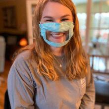 Добросердечная студентка делает защитные маски для слабослышащих людей