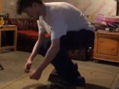 Скейтбордист не скучает дома, а оттачивает сложные трюки
