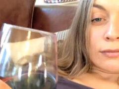 Уделив слишком много внимания онлайн-тесту, женщина облилась вином