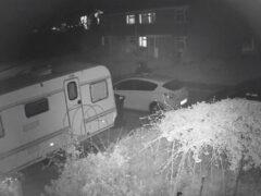 Призрак, который решил пройтись по улице, не забыл взять фонарик