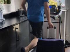 Оптимист надеется на отпуск и тренируется бегать с чемоданом