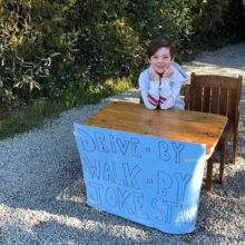 Чтобы подбодрить соседей, мальчик открыл необычный киоск с шутками