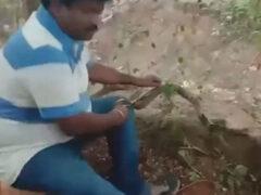Застрявшую змею выстригли из ловушки
