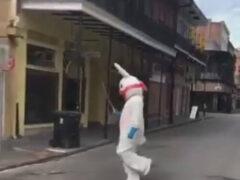 Кролик, танцующий с саблей и бутылкой шампанского, многим не понравился