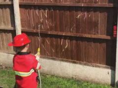 Чтобы развлечь сына, мама с папой предложили ему сыграть в пожарного
