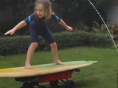 Благодаря папе мальчик занялся серфингом на заднем дворе