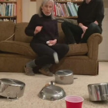 Обилие свободного времени дало матери с сыном возможность придумать интересный трюк