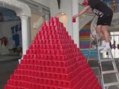 Пирамида из стаканчиков была разрушена из-за неловкости своего создателя