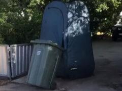 Чудак в палатке оригинально подошёл к проблеме выноса мусора