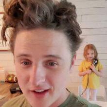 Не имея возможности сходить в парикмахерскую, мужчина доверился маленькой дочери