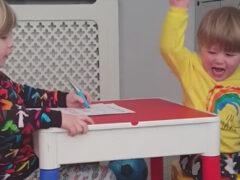 Брат и сестра устроили зрелищную драку с опрокидыванием мебели