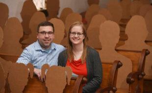 Отсутствующих свадебных гостей заменили картонными фигурами