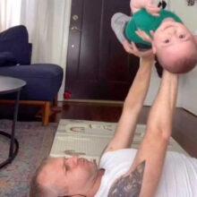 Несмотря на юный возраст, малыш помогает папе тренироваться