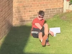 Юноша, греющийся на солнышке, стал жертвой розыгрыша