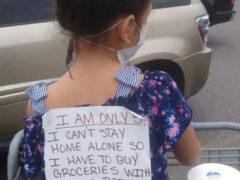 Девочка, совершающая покупки вместе с мамой, носит на спине специальный плакат