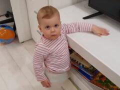 Малышка ревнует каждый раз, когда её родители обнимаются