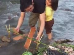 Папа придумал, как угостить дочку рыбой, потратив не слишком много усилий