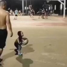 Благодаря папе малыш почувствовал себя восходящей звездой баскетбола